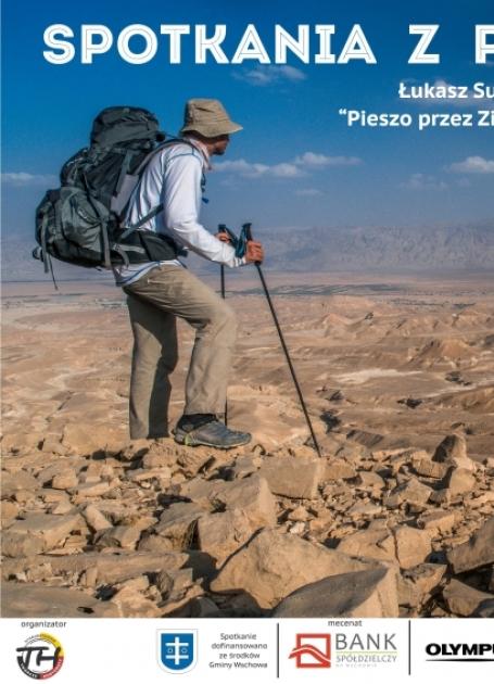 podróżnik przemierzający pustynię