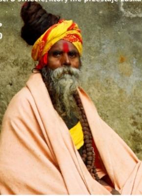 po prawej zdjęcie Tomasza Michniewicza po lewej mieszkaniec Indii w ludowym stroju