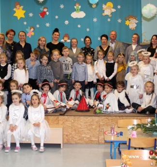 zdjęcie grupowe przedszkolaków