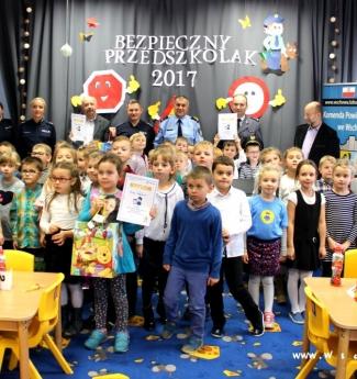 zdjęcie grupowe przedszkolaków z organizatorami