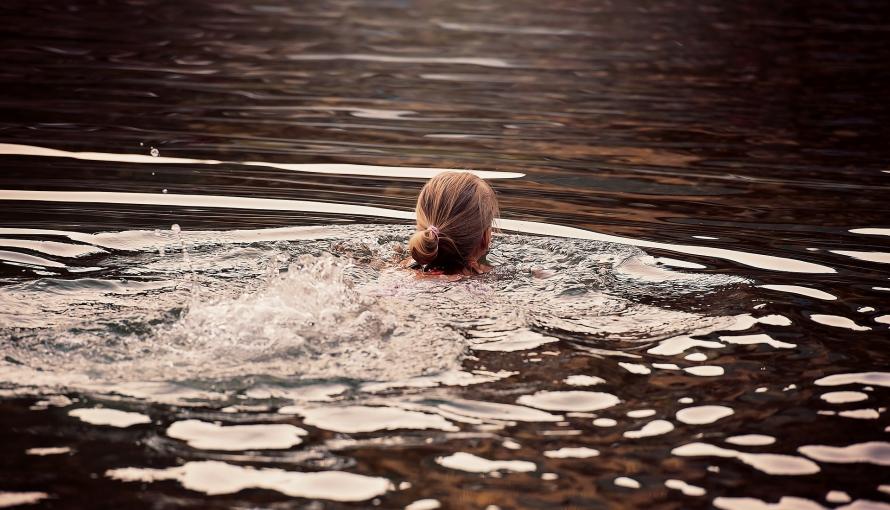 kobieta płynąca w jeziorze