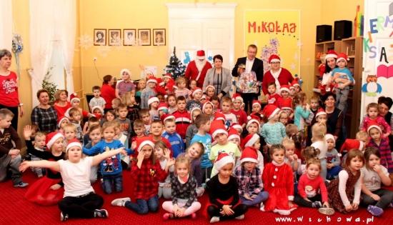 zdjęcie wspólne włodarzy z przedszkolakami
