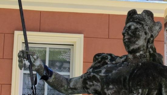 zdjęcie odnowionej rzeźby przedstawiającej kobietę w zbroi