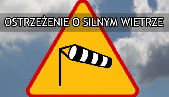 znak z ostrzeżeniem o silnym wietrze