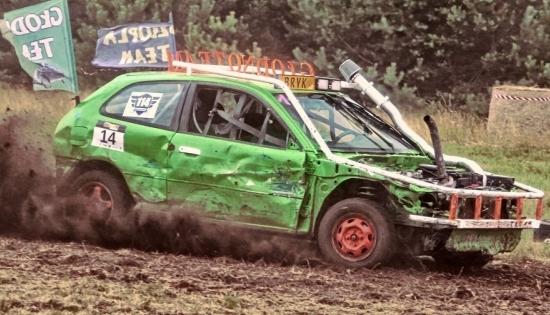 samochód na torze podczas wyścigów