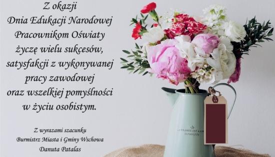 po prawej kwiaty a po lewej życzenia z okazji Dnia Edukacji Narodowej