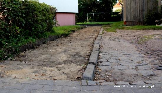 zerwany chodnik na ulicy Rzemieślniczej