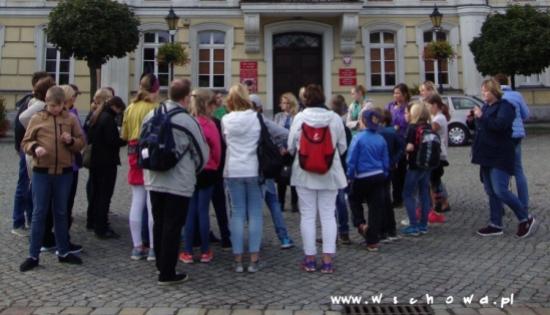 grupa dzieci przed ratuszem