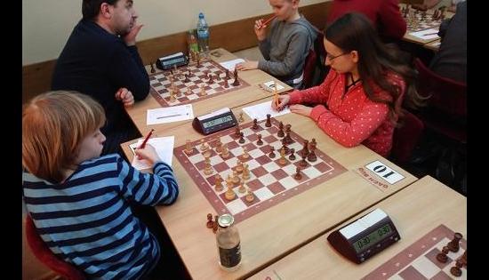ludzie grajacy w szachy