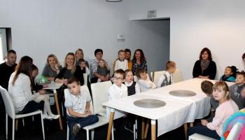 dzieci z przedszkola siedzące przy stole