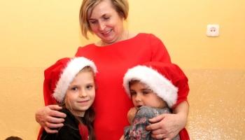 wychowaczyni obejmująca dwie dziewczynki