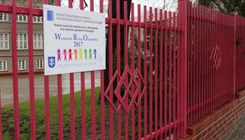 różowe ogrodzenie i tablica WBO