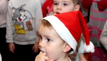 chłopiec w czapce mikołaja