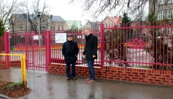różowe ogrodzenie, wykonawca i burmistrz