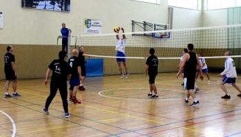 dwie grające drużyny podczas meczu siatkówki
