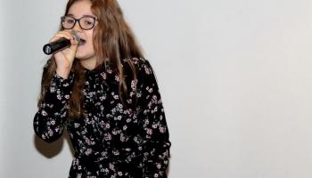 wokalistka z klubu piosenki solo