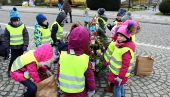 dzieci dekorują choinki
