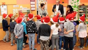 włodarze witają dzieci w pzredszkolu