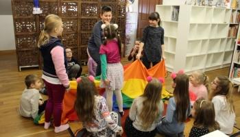 dzieci podczas zabawy