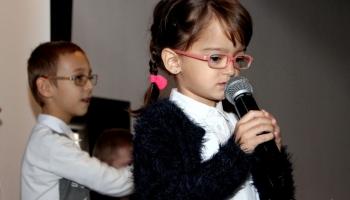 Marysia śpiewa piosenkę na scenie