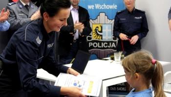 policjantka wręcza nogrodę uczestnicce