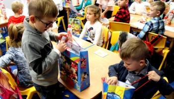 dzieci rozpakowujące nagrody