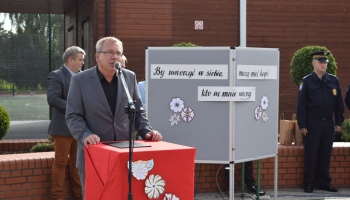 zastępca burmistrza przemawia podczas rozpoczęcie roku szkolnego