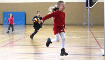 dzieci ze specjalnego przedszkola biegające na parkiecie podczas przerwy