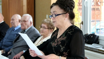 uczestniczka projektu odczytuje wiersz