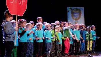 przedszkolaki występujące na scenie