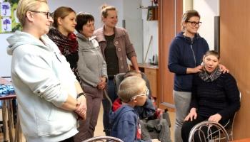 dzieci z Caritasu witajace gości