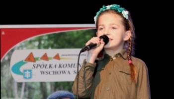 solistka śpiewającą na scenie
