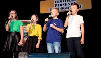 dzieci występujące na scenie