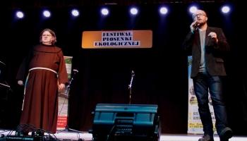 franciszkanin z piotrem dziełakowskim na scenie
