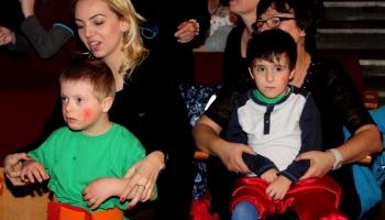 dzieci z opiekunami siedzące na widowni