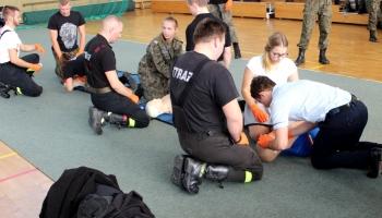 uczniowie ćwiczą przywracanie akcji krążenia na fantomie