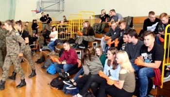 uczniowie na trybunach przyglądający się prowadzonej akcji