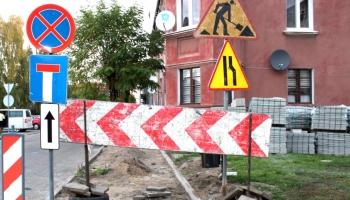 znaki drogowe i rozebrany chodnik