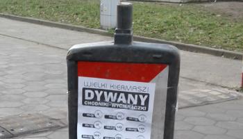 plakaty na znakach