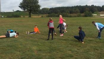 dzieci robiące rozgrzewkę