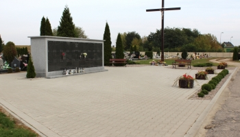 zdjęcie kolumbrynien na cmentarzu