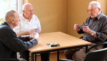 uczestnicy zajęć podczas gry w karty