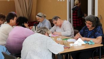 uczestnicy zajęć podczas wykonywania prac plastycznych
