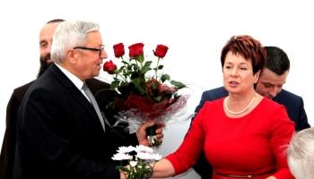 burmistrz wręcza kwiaty prezesowi