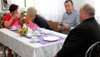 seniorzy siedzący przy stole