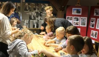 dzieci biorą udział w zajeciach