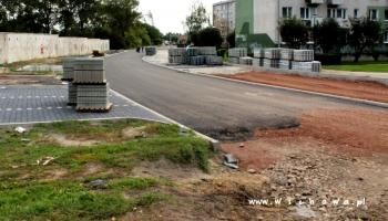 wylany asfalt na ulicy kamiennej