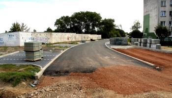 wylany asfalt na kamiennej
