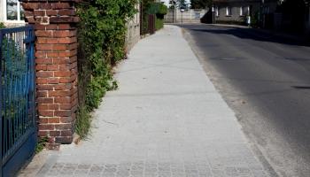 nowy chodnik na kostki
