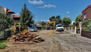 maszyny wykonujące prace przy przebudowie ulicy